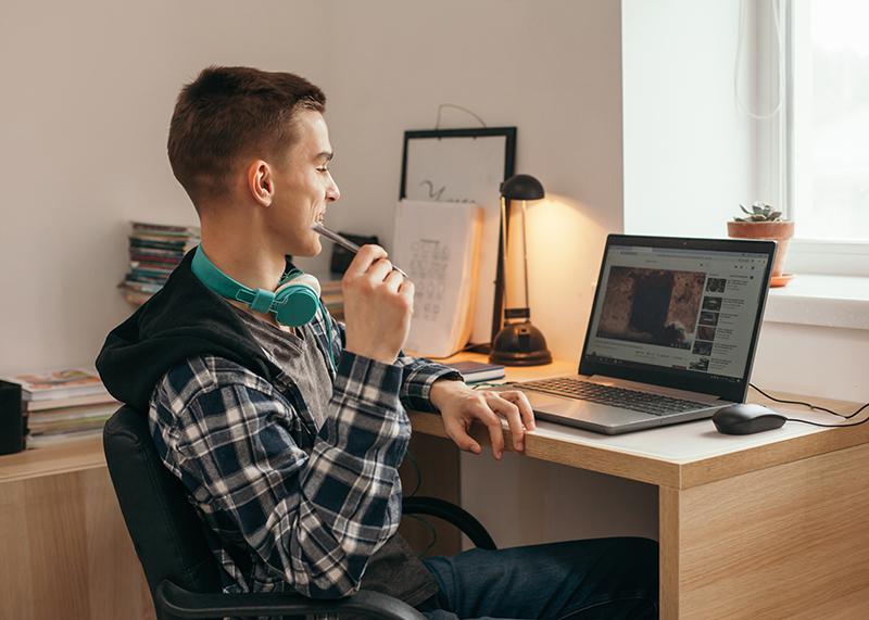 Teenager arbeitet am Computer Einwilligung